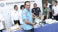 Deputi Pemberantasan BNN Arman Depari memperlihatkan barang bukti sabu saat rilis penyelundupan narkoba jaringan Malaysia di Jakarta, Selasa (16/10). BNN membongkar 4 kasus narkoba dengan mengamankan 17 tersangka. (Liputan6.com/Immanuel Antonius)