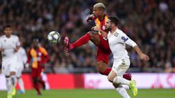 Pemain Galatasaray, Mario Lemina, mengontrol bola saat melawan Real Madrid pada laga Liga Champions di Stadion Santiago Bernabeu, Rabu (6/11). Real Madrid menang 6-0 atas Galatasaray. (AP/Manu Fernandez)