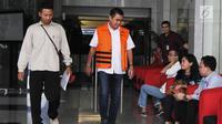 Wali Kota Malang nonaktif, Mochammad Anton dikawal petugas berjalan keluar gedung KPK untuk menjalani perawatan di RSCM, Jakarta, Kamis (12/4). Anton merupakan tersangka kasus dugaan suap pembahasan APBD-P Pemkot Malang TA 2015. (Merdeka.com/Dwi Narwoko)
