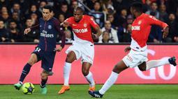 Gelandang PSG, Angel Di Maria, berusaha melewati bek AS Monaco, Djibril Siddibe, pada laga Ligue 1 di Stadion Parc des Princes, Prancis, Minggu (15/4/2018). PSG menang 7-1 atas Monaco. (AFP/Christophe Archambault)