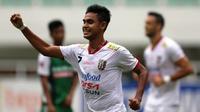 Penyerang sayap Bali United, Miftahul Hamdi, mencetak quattrick pertama di TSC saat membawa Bali United menang 4-2 atas PS TNI di Stadion Pakansari, Bogor, Minggu (20/11/2016). (Bola.com/Vitalis Yogi Trisna)
