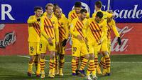 Para pemain Barcelona merayakan gol yang dicetak oleh Frenkie de Jong ke gawang Huesca pada laga Liga Spanyol di Stadion El Alcoraz, Minggu (3/1/2021). Barcelona menang tipis dengan skor 1-0. (AP/Alvaro Barrientos)