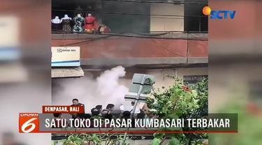 Satu unit toko di Pasar Kumbasari, Denapasar, terbakar. Api diduga berasal dari dupa persembahyangan.