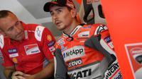 Pembalap Ducati, Jorge Lorenzo mengomentari aksi Danilo Petrucci pada kualifikasi MotoGP Jerman 2018. (Twitter/Ducati Motor)