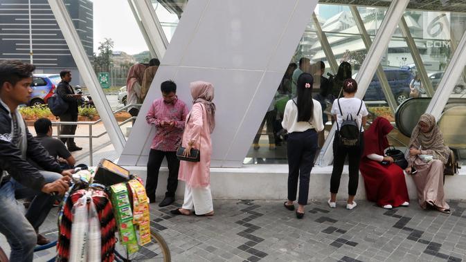 Penumpang menunggu untuk masuk Stasiun MTR Bendungan Hilir saat terjadi pamadaman listrik di wilayah Jabodetabek, Jakarta, Minggu (4/8/2019). Hingga kini PLN masih terus berupaya untuk memperbaiki gangguan yang menyebabkan pemadaman listrik. (Liputan6.com/JohanTallo)