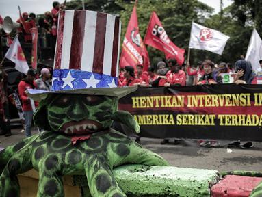 Massa yang tergabung dalam Gerakan Buruh untuk Rakyat (Gebrak) menggelar unjuk rasa di depan Kedutaan Besar Amerika Serikat, Jakarta, Selasa (12/2). Massa memenuhi ruas jalan dengan membawa spanduk dukungan terhadap Venezuela. (Liputan6.com/Faizal Fanani)