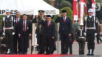 Wakil Presiden Ma'ruf Amin memberi hormat saat tiba menghadiri upacara peringatan Hari Pahlawan Nasional di Taman Makam Pahlawan (TMP) Utama Kalibata, Jakarta Selatan, Minggu (10/11/2019). (Liputan6.com/Herman Zakharia)