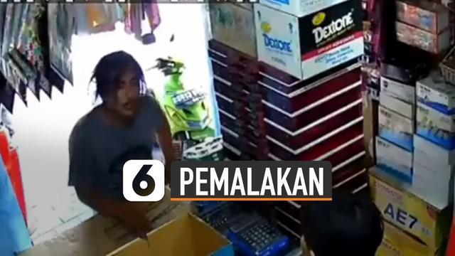 Beredar video rekaman cctv pemalakan dengan senjata tajam di sebuah warung.