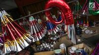 Tumpukan terompet konvensional di kawasan Glodok, Jakarta, Selasa (26/12). Menjelang perayaan tahun baru, terompet konvensional tersebut dijual dengan harga Rp5.000 hingga Rp15.000 tergantung jenis dan ukurannya. (Liputan6.com/Faizal Fanani)