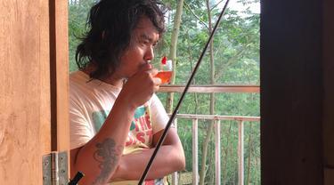 Dodit Wahyudi Mulyanto, komika berusia 34 tahun yang namanya terkenal karena kelucuannya. Sebagai komika yang sedang meroket, wajar jika Dodit memiliki penghasilan yang fantastis. Penghasilan tersebut diinvestasikannya dengan rumah hutan di  Mojokerto. (Liputan6.com/IG/@dodit_mul)
