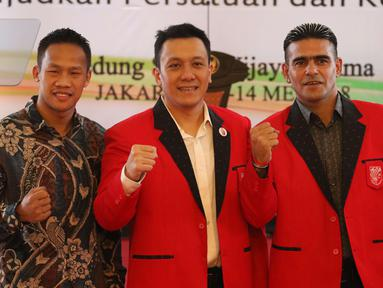 Petinju dan pemain sepak bola nasional, Daud Yordan (kiri) dan Cristian Gonzales (kanan) foto bersama Ketua Umum PKPI Diaz Hendropriyono saat menghadiri Kongres Luar Biasa PKPI di Jakarta, Senin (14/5). (Liputan6.com/Angga Yuniar)