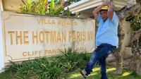 Hotman Paris di depan salah satu villanya (Sumber: Instagram/hotmanparisvillaandhotel)