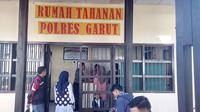 Beberapa pengunjung tengah menjenguk para tahanan di Mapolre Garut, Jawa Barat (Liputan6.com/Jayadi Supriadin)