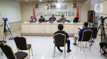 Anggota Bawaslu, Ratna Dewi Pettalolo, Mochammad Afifuddin, Fritz Edward Siregar dan Rahmat Bagja live streaming membahas Rekomendasi Bawaslu terkait Antisipasi Dampak Virus Covid-19 terhadap penyelenggaraan Pemilihan Pilkada 2020, Jakarta, Selasa (17/3/2020). (Liputan6.com/Faizal Fanani)