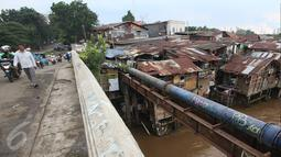 Warga beraktivitas di dekat bantaran Sungai Ciliwung, Manggarai, Jakarta, Senin (31/10). Saat ini terdapat 13,5 juta penduduk Indonesia yang hidup miskin di lingkungan kumuh dengan kualitas hidup di bawah standar. (Liputan6.com/Immanuel Antonius)