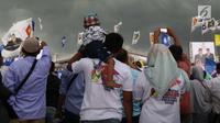 Anak terlihat saat gelaran Capres No 02 Prabowo Subianto menyapa Bogor di area Stadion Pakansari, Kab Bogor, Jumat (29/3). Bawaslu menegaskan selama proses kampanye anak-anak tidak boleh dilibatkan. Larangan tersebut diatur dalam UU No 7 tahun 2017 tentang Pemilu. (Liputan6.com/Helmi Fithriansyah)