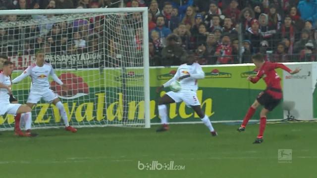 RB Leipzig kebobolan dua gol dari tendangan penjuru dalam waktu empat menit saja yang sekaligus membuang keunggulan 1-0 dan akhirn...