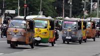 Sejumlah bajaj bermotif maskot Asian Games melintas di kawasan Monas, Jakarta Pusat, Kamis (17/5). Kehadiran bajaj tersebut dalam rangka promosi dan sosialisasi penyelenggaraan Asian Games 2018 pada Agustus mendatang. (LIputan6.com/Arya Manggala)