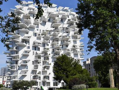 """Foto pada 3 Juni 2019, sebuah bangunan """"L'arbre blanc"""" (White Tree) yang dirancang oleh arsitek Jepang Sou Fujimoto bersama Prancis, Nicolas Laisne dan Manal Rachdi di Montpellier, Prancis selatan. Bangunan dengan desain futuristik itu berdiri bagaikan sebuah pohon putih raksasa. (Pascal GUYOT/AFP)"""