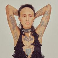 Fahrani memamerkan tubuhnya yang dipenuhi tato, salah satunya di ketiak (Instagram/@favelamunk)