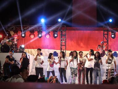 Ratusan artis dan musisi memeriahkan acara Syukuran Rakyat Salam 3 Jari di kawasan Monas Jakarta, (20/10/14). (Liputan6.com/Faizal Fanani)