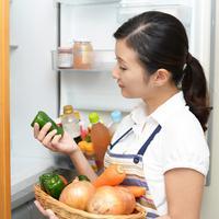 Menyimpan makanan di kulkas./Copyright shutterstock.com