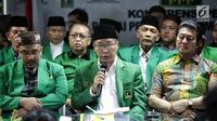 Ketua Umum PPP versi Muktamar Jakarta, Humphrey Djemat dalam jumpa pers di kantornya, Rabu (6/2). Humphrey mempertanyakan langkah PPP kubu Romahurmuziy yang melaporkannya karena dianggap menggunakan atribut partai tanpai izin. (Liputan6.com/Faizal Fanani)