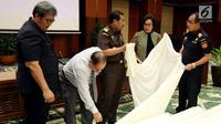 Menteri Keuangan Sri Mulyani Indrawati (kedua kanan), Jaksa Agung HM Prasetyo (tengah), Dirjen Bea Cukai Heru Pambudi (kanan) saat merilis barang bukti terkait perdagangan ilegal di Jakarta, Kamis (2/11). (Liputan6.com/JohanTallo)
