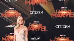 """Aktris Brie Larson berpose di karpet merah saat menghadiri pemutaran perdana film """"Captain Marvel"""" di Hollywood, California, AS (4/3). Brie Larson tampil cantik mengenakan gaun emas bertabur bintang-bintang. (AFP Photo/Frazer Harrison)"""