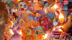 Boneka dan patung dibakar selama festival tradisional Fallas di Valencia, Spanyol, Selasa (19/3). Fallas dibakar di jalan-jalan Valencia sebagai penghormatan kepada St Joseph, santo pelindung tukang kayu. (AP/Alberto Saiz)