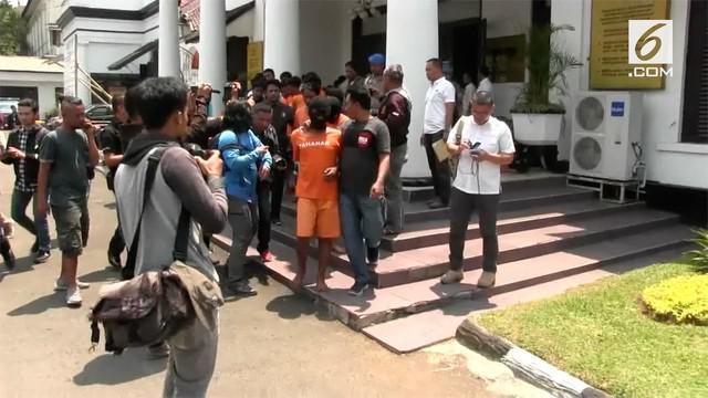 Seorang suporter Persina tewas setelah dikeroyok oleh para pendukung Persib Bandung. Polisi menetapkan 8 orang Bobotoh atau suporter Persib Bandung sebagai tersangka.