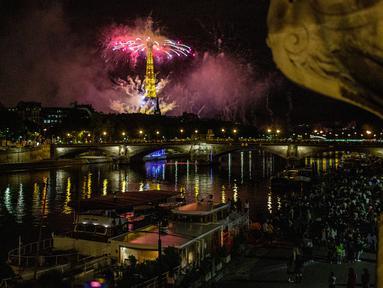 Kembang api menerangi Menara Eiffel selama perayaan Hari Bastille di Paris pada Selasa (14/7/2020) malam. Perayaan yang digelar setiap tanggal 14 Juli ini dalam rangka untuk memperingati penyerbuan benteng penjara Bastille pada 14 Juli 1789 silam. (AP Photo/Rafael Yaghobzadeh)