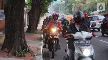 Sejumlah kendaraan roda dua melawan arus di Jalan TB Simatupang, Pasar Rebo, Jakarta, Rabu (16/10/2019). Selain melanggar hukum, perilaku buruk pemotor untuk menghindari macet tersebut juga mengganggu kenyamanan pengguna jalan lain. (Liputan6.com/Immanuel Antonius)