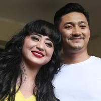 Dewi Perssik dan sang suami, Angga Wijaya mendatangi Polda Metro Jaya untuk melaporkan balik petugas TransJakarta, Harry Maulana Saputra. (Bambang E. Ros/Bintang.com)