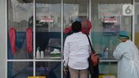 """Warga menjalani """"swab test"""" di GSI Lab (Genomik Solidaritas Indonesia Laboratorium), Cilandak, Jakarta, Rabu (7/10/2020). Pemerintah menetapkan harga batas tes usap alias tes swab melalui PCR untuk mendeteksi Covid-19 agar mendorong masyarakat melakukan tes secara mandiri. (merdeka.com/Imam Buhori)"""