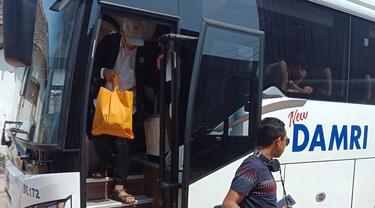 Kedatangan penumpang bus Damri