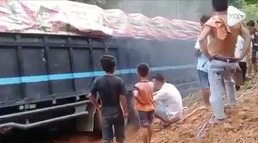 Saat berusaha melewati jalan yang cukup sempit, sebuah truk terjatuh ke sungai di Mandailing Natal, Sumatera Utara.