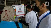 Calon penumpang KRL memindai kode batang melalui aplikasi PeduliLindungi di Stasiun Manggarai, Jakarta, Selasa (7/9/2021). PT KAI Commuter melakukan uji coba penggunaan aplikasi PeduliLindungi bagi pengguna KRL di 11 stasiun, diantaranya Stasiun Serpong dan Jurangmangu. (Liputan6.com/Faizal Fanani)