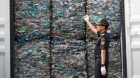 Dirjen Bea Cukai Heru Pambudi menunjukkan kontainer berisi sampah plastik di Tanjung Priok, Jakarta, Rabu (18/9/2019). Bea Cukai bekerja sama dengan KLHK dan kepolisian memulangkan sembilan kontainer berisi 135 ton sampah plastik impor bercampur limbah B3 asal Australia. (Liputan6.com/Angga Yuniar)