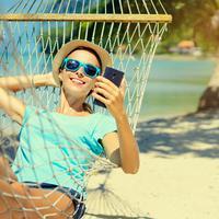 Kualitas smartphone memiliki pengaruh besar untuk menjadikan liburanmu menyenangkan. Apa saja yang diperlukan? (foto: shutterstock.com)