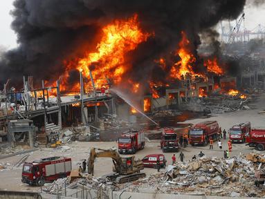 Kebaran hebat melanda Pelabuhan Beirut, Lebanon, Kamis (10/9/2020). Kebakaran tersebut menyebabkan kepanikan warga Beirut karena terjadi di lokasi ledakan dahsyat yang menewaskan 200 orang pada bulan lalu. (AP Photo/Hussein Malla)