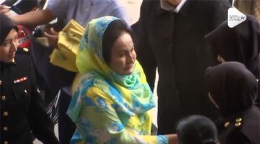 Rosmah Mansor, istri mantan Perdana Menteri Najib Razak, dituduh terlibat 2 korupsi. Tuduhan tersebut terkait proyek tenaga surya.