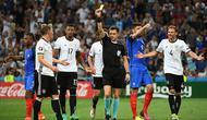 Wasit memberikan kartu kuning kepada pemain Jerman, Bastian Schweinsteiger, pada laga semifinal Piala Eropa 2016 di Stade Velodrome, Marseille, Jumat (8/7/2016) dini hari WIB. (AFP/Anne-Christine Poujoulat)