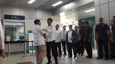 Presiden terpilih Joko Widodo (Jokowi) dan Prabowo Subianto akhirnya bertemu di Stasiun MRT Lebak Bulus.