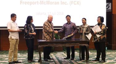 CEO PT Freeport Richard Adkerson (ketiga kiri) bersalaman dengan Direktur Utama Inalum Budi Gunadi Sadikin (ketiga kanan) usai Head of Agreement (HoA) pengambilalihan 51% saham PT Freeport Indonesia di Jakarta, Kamis (12/7). (Liputan6.com/Angga Yuniar)