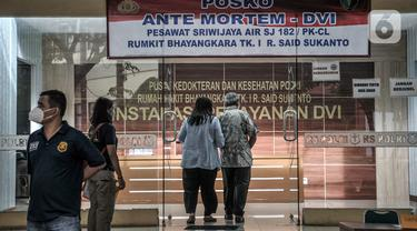 FOTO: Keluarga Korban Kecelakaan Sriwijaya Air SJ 182 Datangi Posko Ante Mortem RS Polri