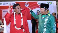 Pelari muda Indonesia, Lalu Muhammad Zohri (kiri) bersama Menpora Imam Nahrawi saat penyambutan di Terminal 3 Bandara Soetta, Tangerang, Selasa (17/7). Lalu M Zohri meraih emas lari 100m di Kejuaraan Dunia U-20 IAAF. (Liputan6.com/Helmi Fithriansyah)