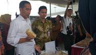 Presiden Joko Widodo (Jokowi) meninjau program pembinaan ekonomi keluarga sejahtera (Mekaar) binaan Permodalan Nasional Madani (PNM) di Alun-Alun Cilegon, Banten, Jumat (6/12/2019). (Liputan6/Lizsa Egeham)