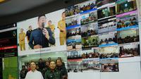 Gubernur Jabar Ridwan Kamil memantau informasi terkait penanganan virus Corona di kantor Comman Center, kawasan Gedung Sate, Selasa (10/3/2020). (Liputan6.com/Huyogo Simbolon)