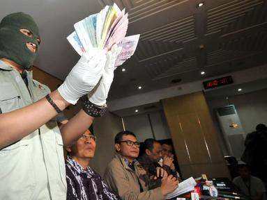 Petugas menunjukkan uang hasil Operasi Tangkap Tangan (OTT) milik anggota DPR RI dari Partai Hanura, Dewie Yasin Limpo di Gedung KPK, Jakarta, Rabu (21/10/2015). (Liputan6.com/Helmi Afandi)